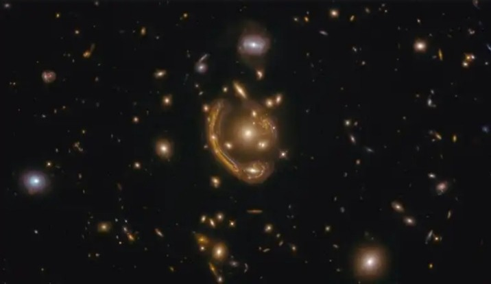 "Telescopio Hubble capta un ""anillo de Einstein"""